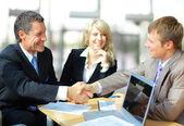 Biznes, drżenie rąk, kończąc się na spotkanie — Zdjęcie stockowe