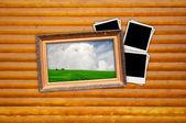 Foto en marco de vendimia con fotos en blanco sobre fondo de madera — Foto de Stock