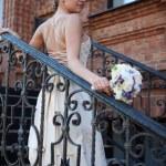 linda noiva caucasiana ao ar livre — Foto Stock