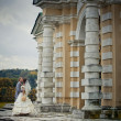 Portrait of newlyweds in in moscow estate — Stock fotografie