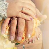 新婚夫婦結婚指輪の手. — ストック写真