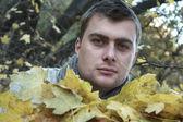 Guy dans le parc en automne — Photo