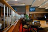 Bar-restaurang inredning med stolar och bord — Stockfoto
