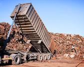 Lastbil lossning metallskrot — Stockfoto