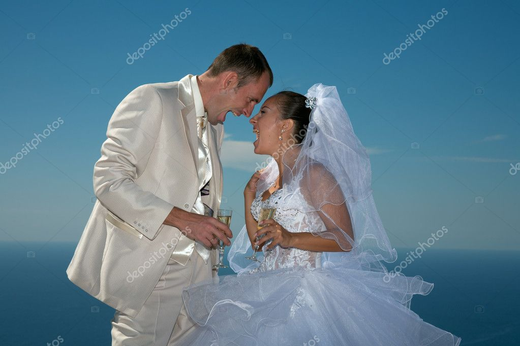 Shouts of pleasure. Newly-married couple have arranged picnic on high mountain  — Stock Photo #3930052