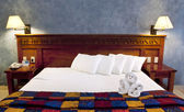 King size bed in resort — Stock Photo