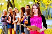Mnoho studentů v podzimním parku — Stock fotografie