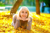 Krásná dívka leží na trávě — Stock fotografie