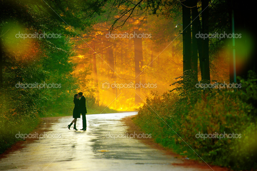 Beautiful shot of kissing couple in the sunlight — Stock Photo #4649368