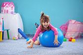 Ребенок на jymnastic шар — Стоковое фото