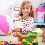 kind spelen met bakstenen — Stockfoto