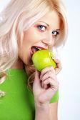 Kadın holding yeşil elma — Stok fotoğraf