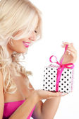 Young woman holding gift — Stockfoto