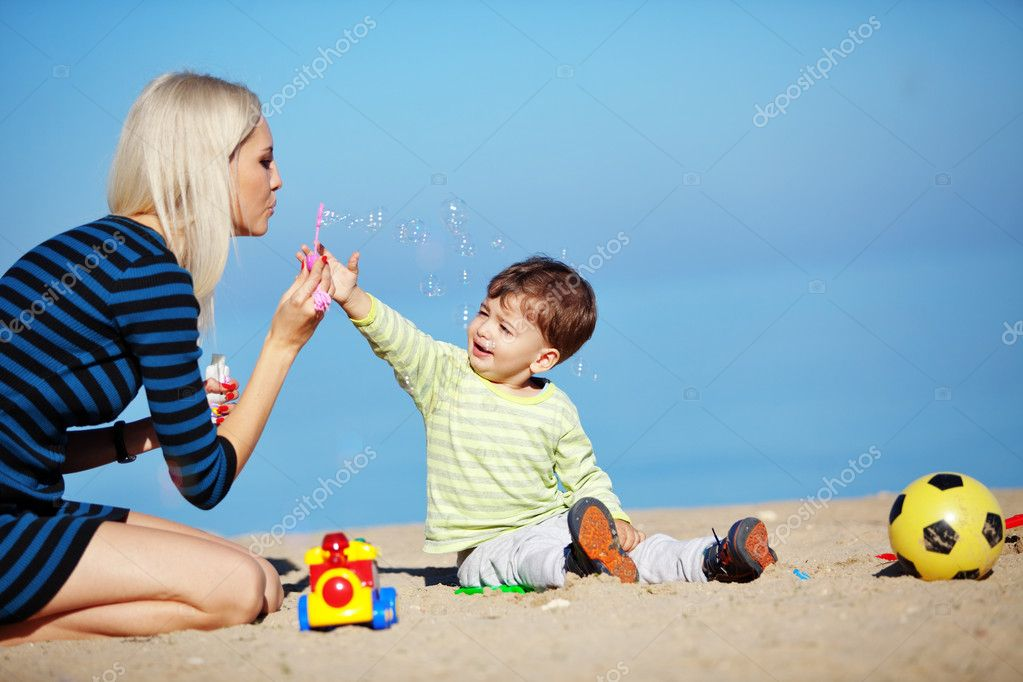 Young mother with her kid resting at the beach — Stock Photo #4342787