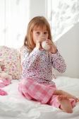 Enfant boire du lait au lit — Photo