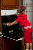 A little girl is cooking — 图库照片