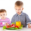 Boys and the plate of vegetables - Foto Stock