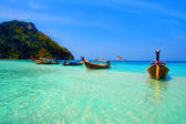 Longtailboats tied up in the turquoise waters at Krabi — 图库照片