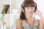Frau hören von musik zu hause — Stockfoto