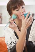 Mulher aplicando compõem — Foto Stock