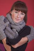 Mujer en invierno bufanda y guantes — Foto de Stock