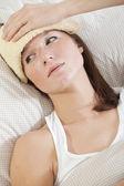 Mulher com temperatura na cama — Foto Stock