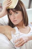 Mujer enferma con dolor de cabeza — Foto de Stock