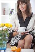 Kadın bornoz ve çay — Stok fotoğraf