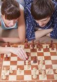 Para razem gra szachy — Zdjęcie stockowe