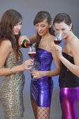 девушки пить на диско — Стоковое фото