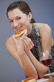 Pizza de exploração de mulher — Fotografia Stock