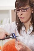 Sfrustrowana kobieta cięcia karty kredytowej — Zdjęcie stockowe