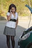 Joven hembra y roto el coche — Foto de Stock