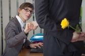 Flirtu w biurze — Zdjęcie stockowe