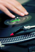Dj kratzen die vinyl-lp — Stockfoto