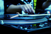 Dj tocando música de disco de vinil — Fotografia Stock