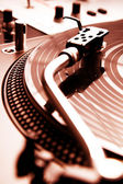 Turntable playing vinyl record — Stock fotografie