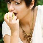 Pretty girl eating an apple — Stock Photo
