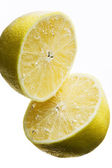 Two lemons under water — Stock Photo