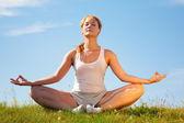 Yoga formazione ragazza — Foto Stock