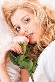 Holka v posteli — Stock fotografie