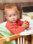 Kid eats a tomato — Stockfoto
