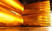 ножки лежа золотого будды — Стоковое фото