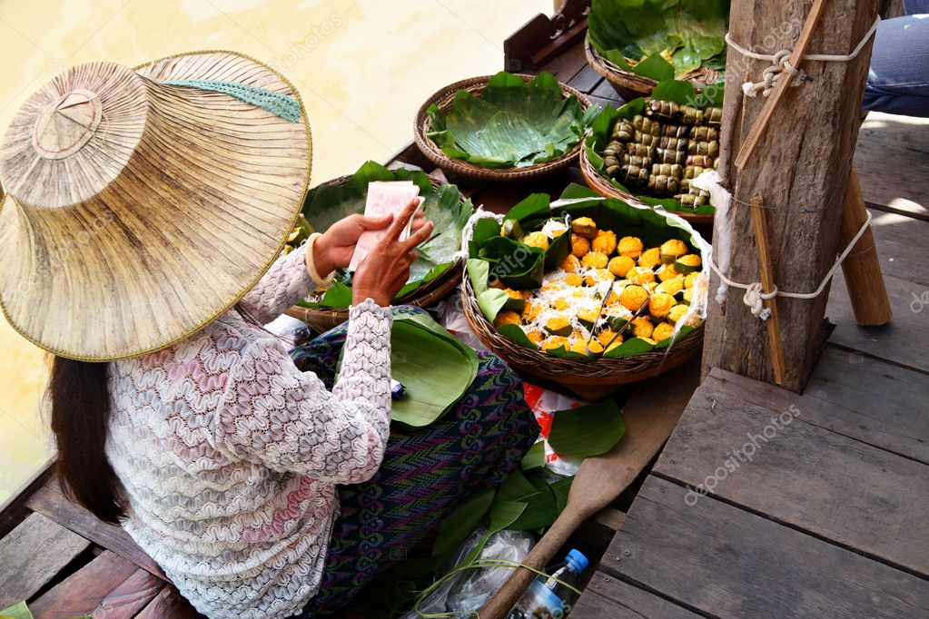 Woman in boat at Floating Market, Thailand — Stock Photo #4550241