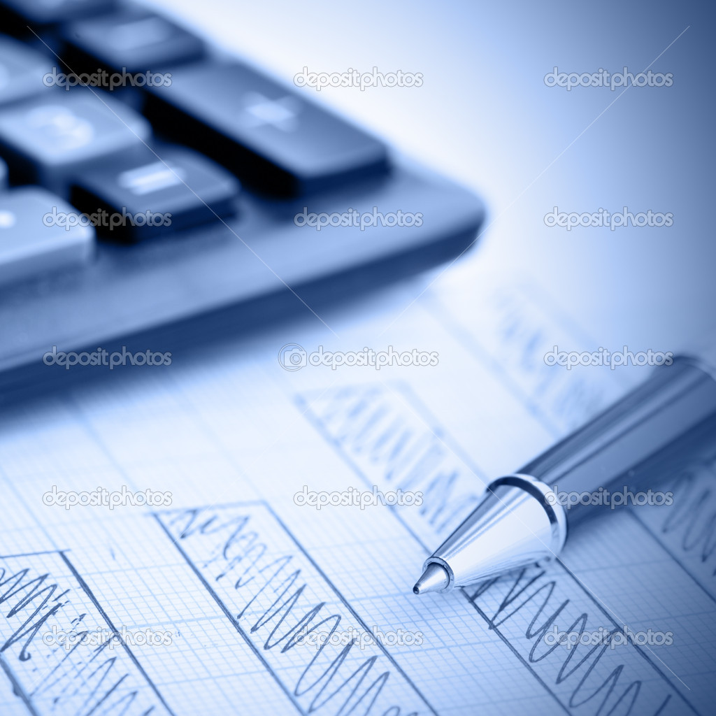 Profit bar chart, pen and calculator. Shallow DOF! Focus on the pen. — Stock Photo #4570256