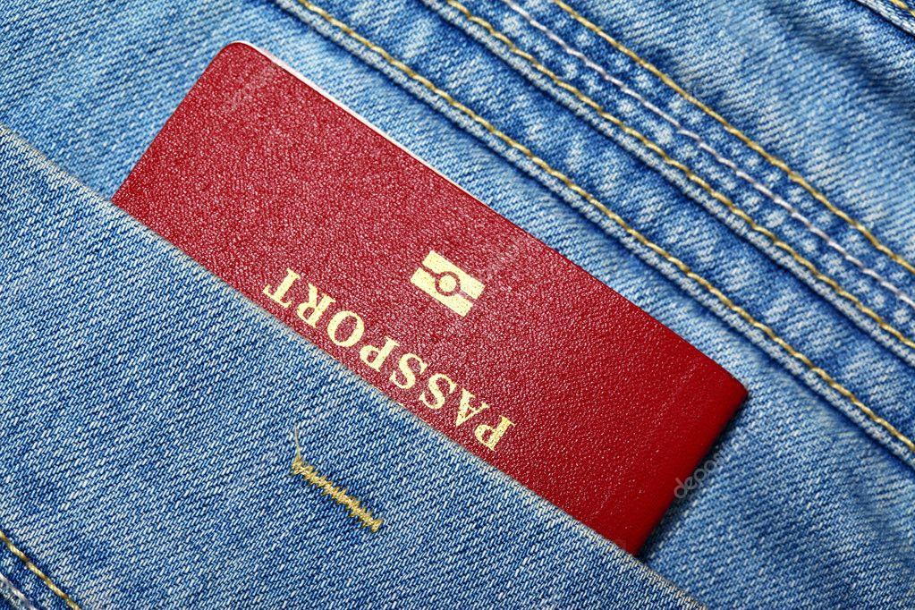 Passaporto Biometrico Italiano Passaporto Biometrico Rosso in Primo Piano di Tasca Jeans Foto di Zoooom