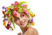 Schoonheid vrouw portret met krans van bloemen — Stockfoto