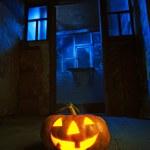 Dynia w nocy na Starym pokoju drewna — Zdjęcie stockowe