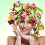 Retrato de mujer belleza con guirnalda de flores en la cabeza — Foto de Stock
