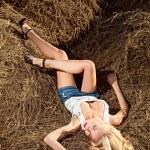 Beauty woman in hay — Stock Photo #4991030